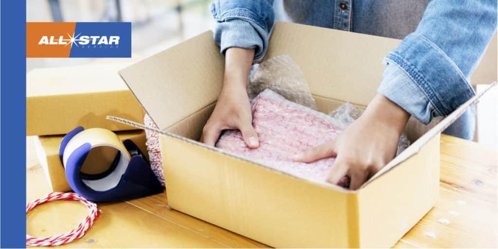 persona embalando caja