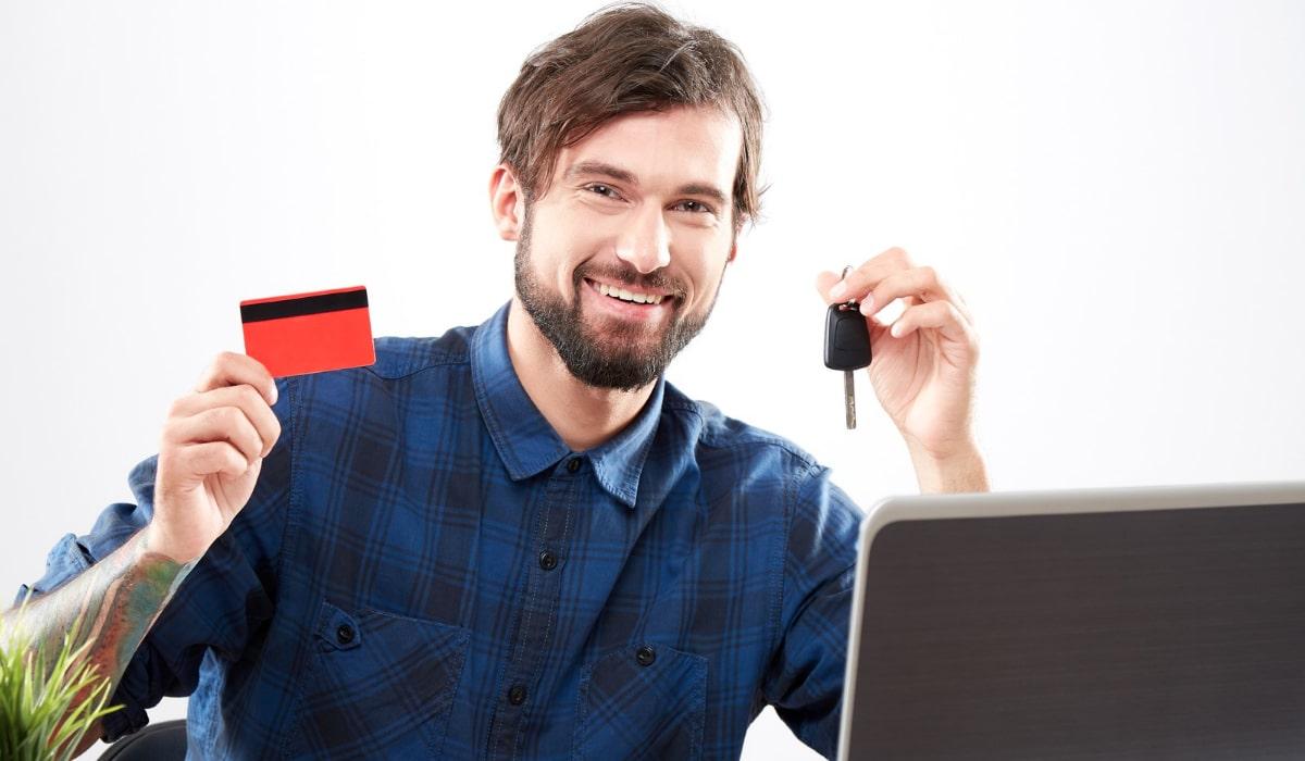 hombre-joven-con-llaves-comprando-online