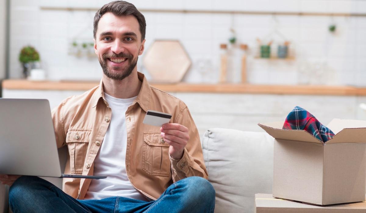 hombre feliz comprando online ropa