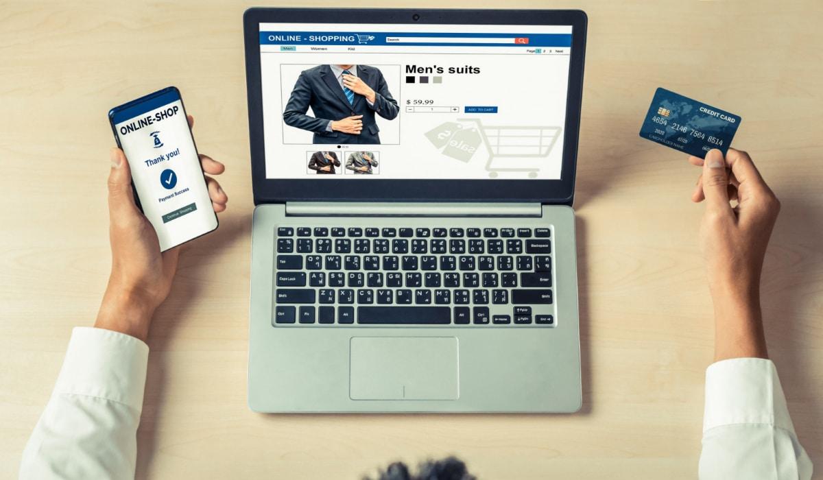 hombre comprando online ropa
