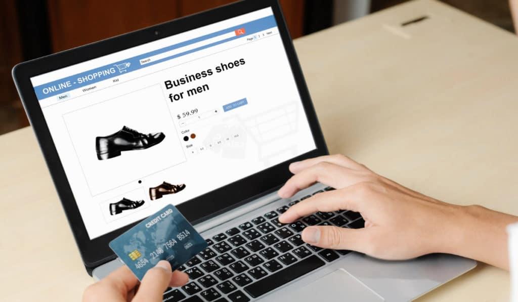 hombre haciendo compra online de zaptos