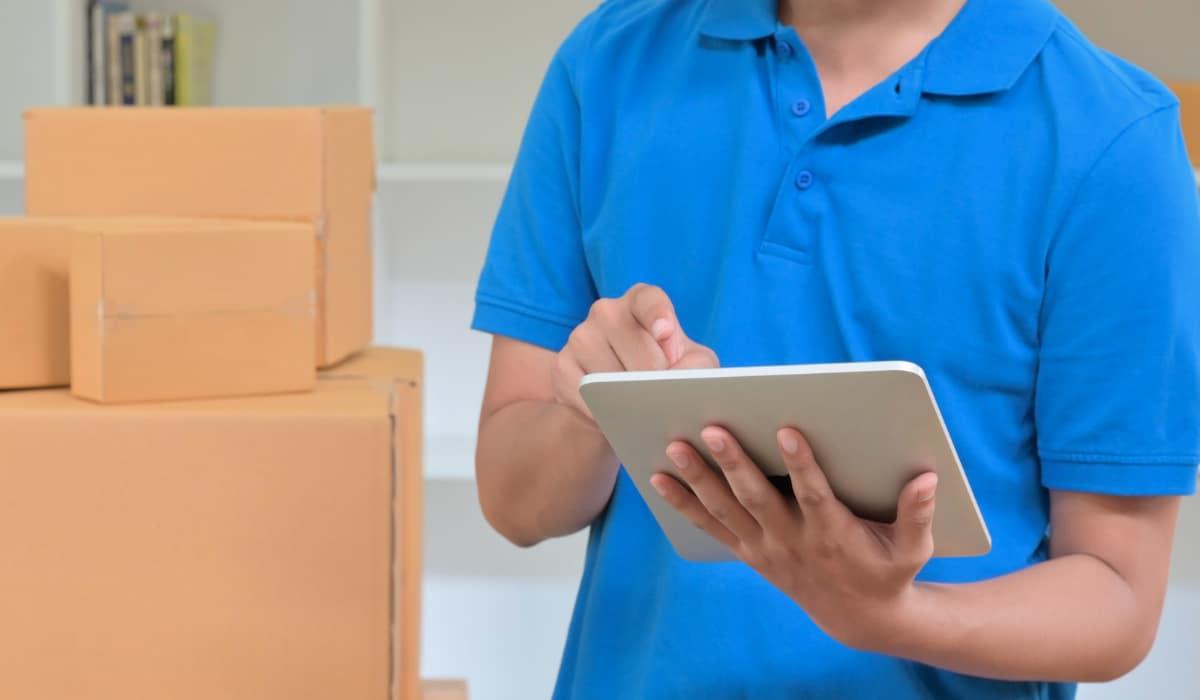 mensajero hace entrega de paquete y registro