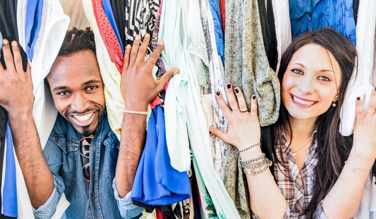 joven pareja comprando en tienda de segunda mano