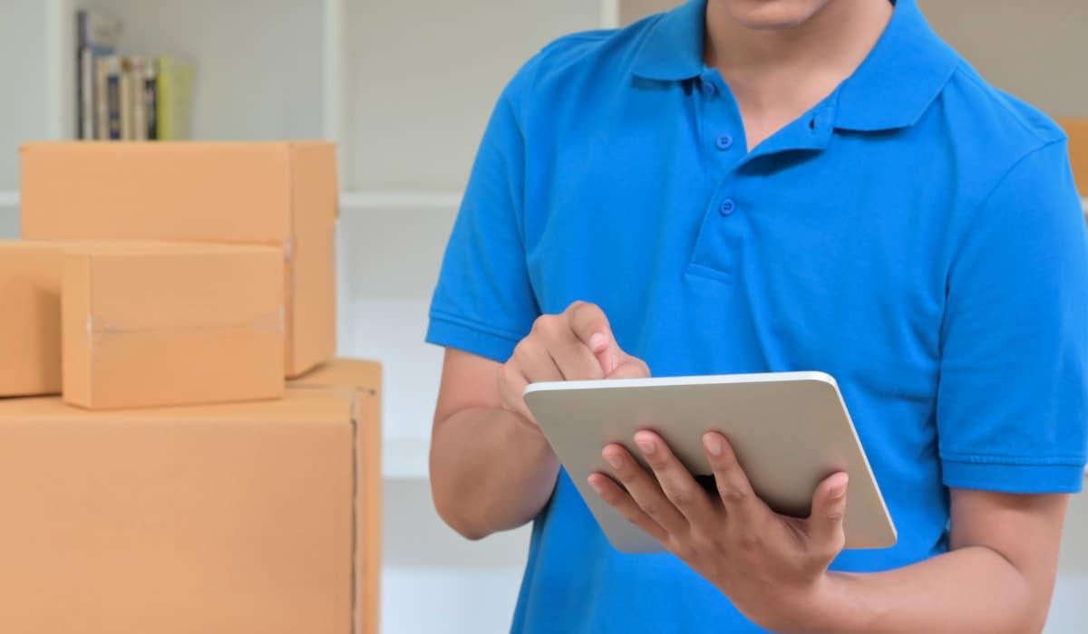 mensajero registrando información de entrega
