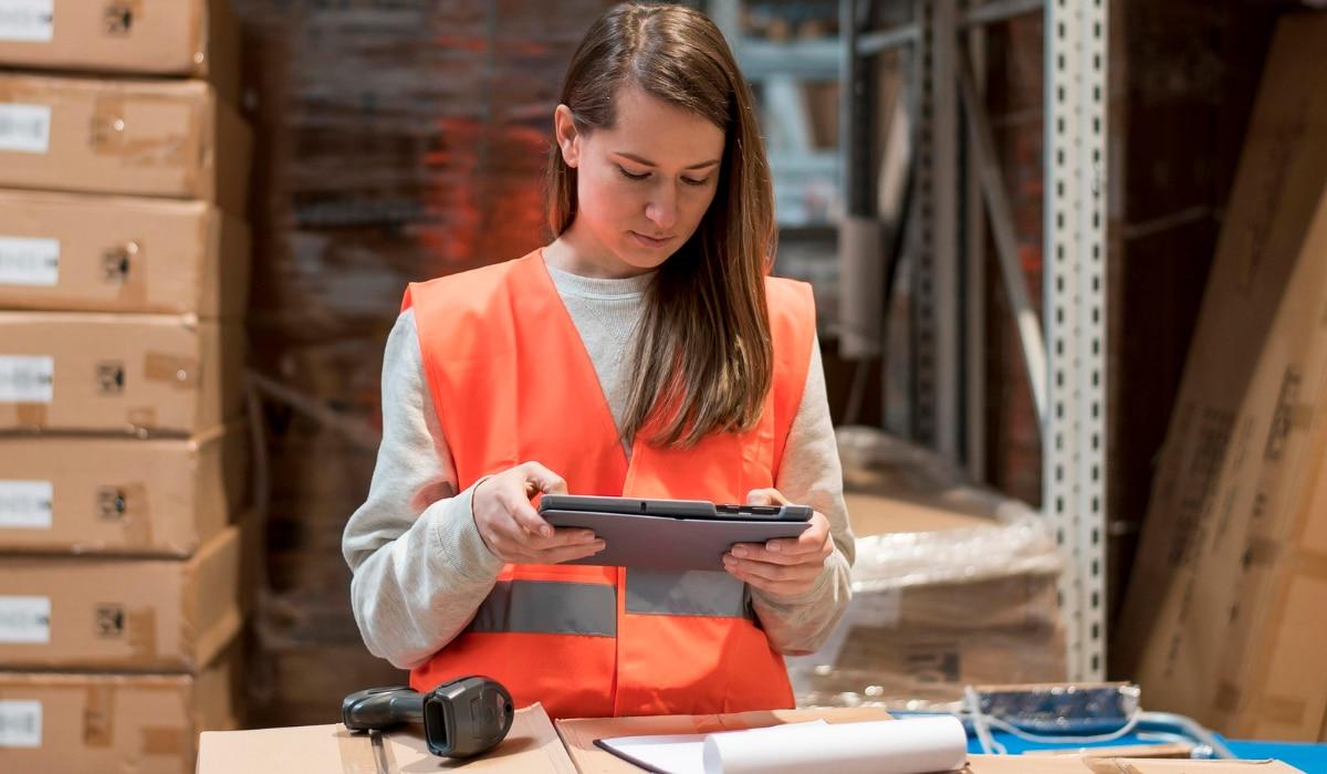 mujer haciendo seguimiento o tracking de envío