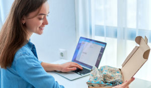 mujer joven recibe envío de ropa comprada online