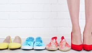 mujer probandose diferentes zapatos zapatos