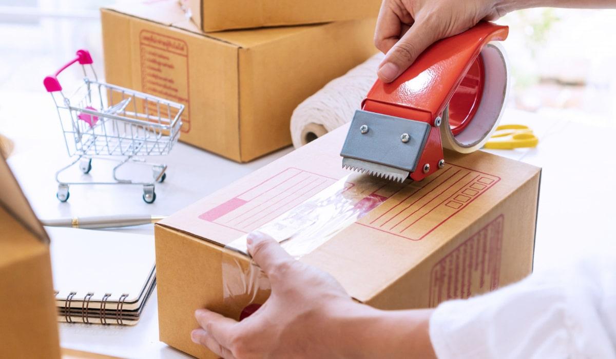 embalaje de cajas con cinta adhesiva