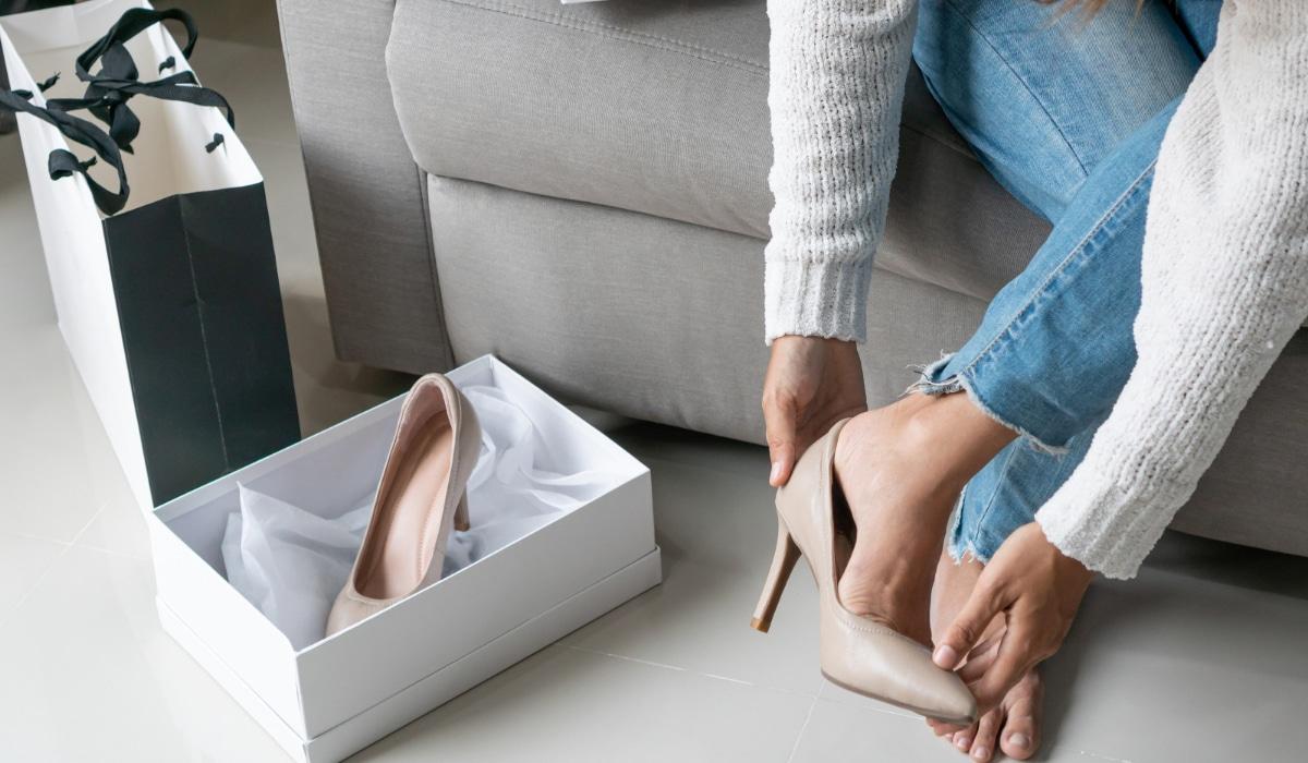 mujer probandose tacones comercio electrónico